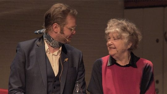 kjartansson_ragnar_on_stage_with_his_mother_940x450